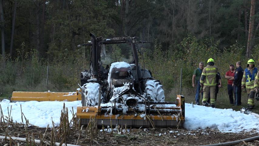 Mitten im Wald stand am Samstag (12.10.2019) ein Schlepper auf einem Feld bei Rehdorf (Lkr. Fürth) in Vollbrand. Der Besitzer des landwirtschaftlichen Fahrzeuges war gerade mit Mulcharbeiten auf einem Maisfeld beschäftigt, als der Schlepper in Flammen aufging. Wieso das Gerät Feuer fing, ist nicht bekannt. Glücklicherweise wurde niemand verletzt. Nach ersten Schätzungen liegt der Schaden bei circa 160.000 bis 200.000 Euro. Foto: NEWS5 / Maurer Weitere Informationen... https://www.news5.de/news/news/read/16570 Hinweis an die Redaktion: Privatperson pixeln!