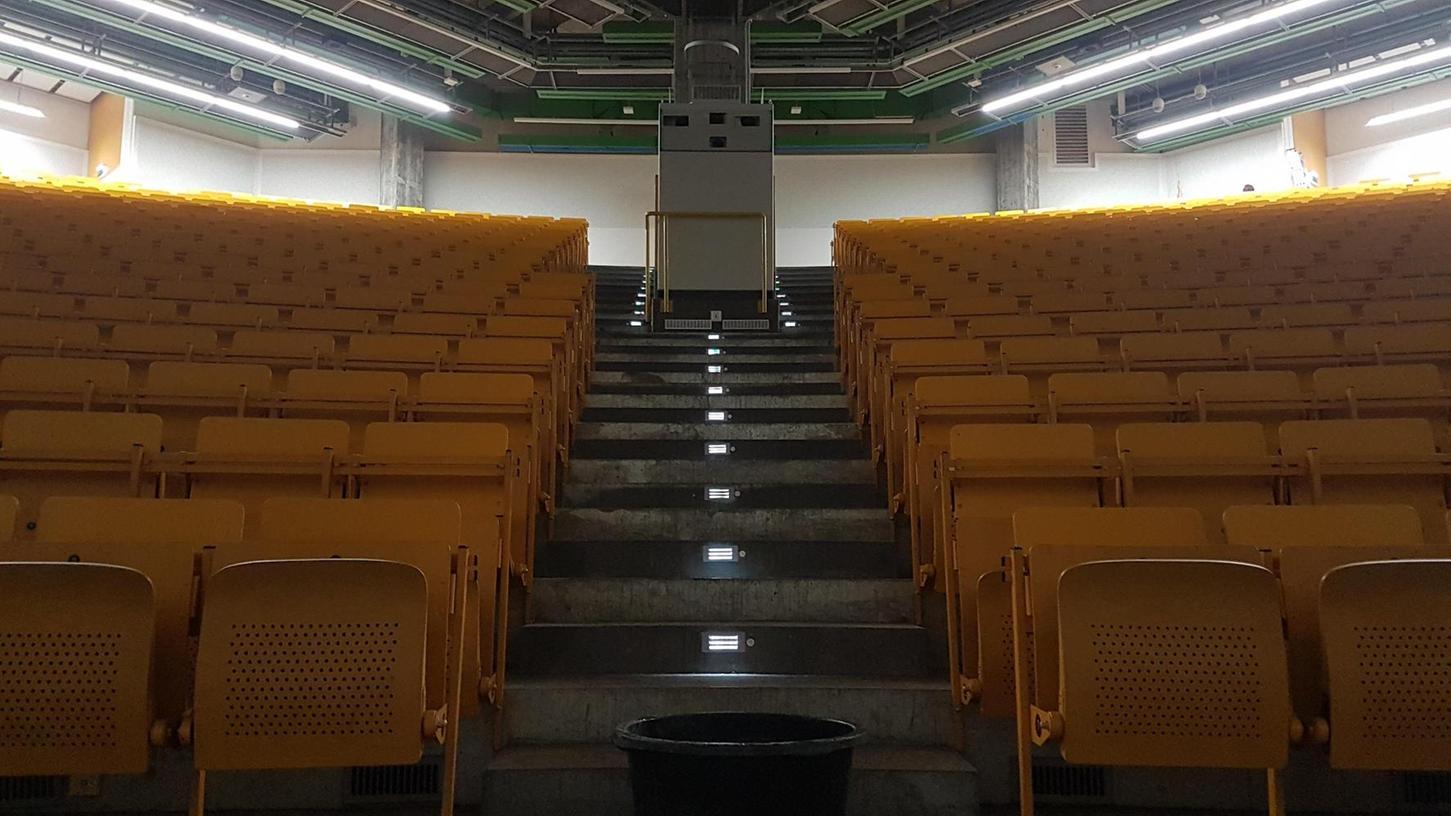 Am Montag werden hier im Hörsaal der WiSo in der Langen Gasse die neuen Studenten begrüßt. Mittendrin steht ein Bottich, der das Wasser auffängt, das durch die Decke tropft.