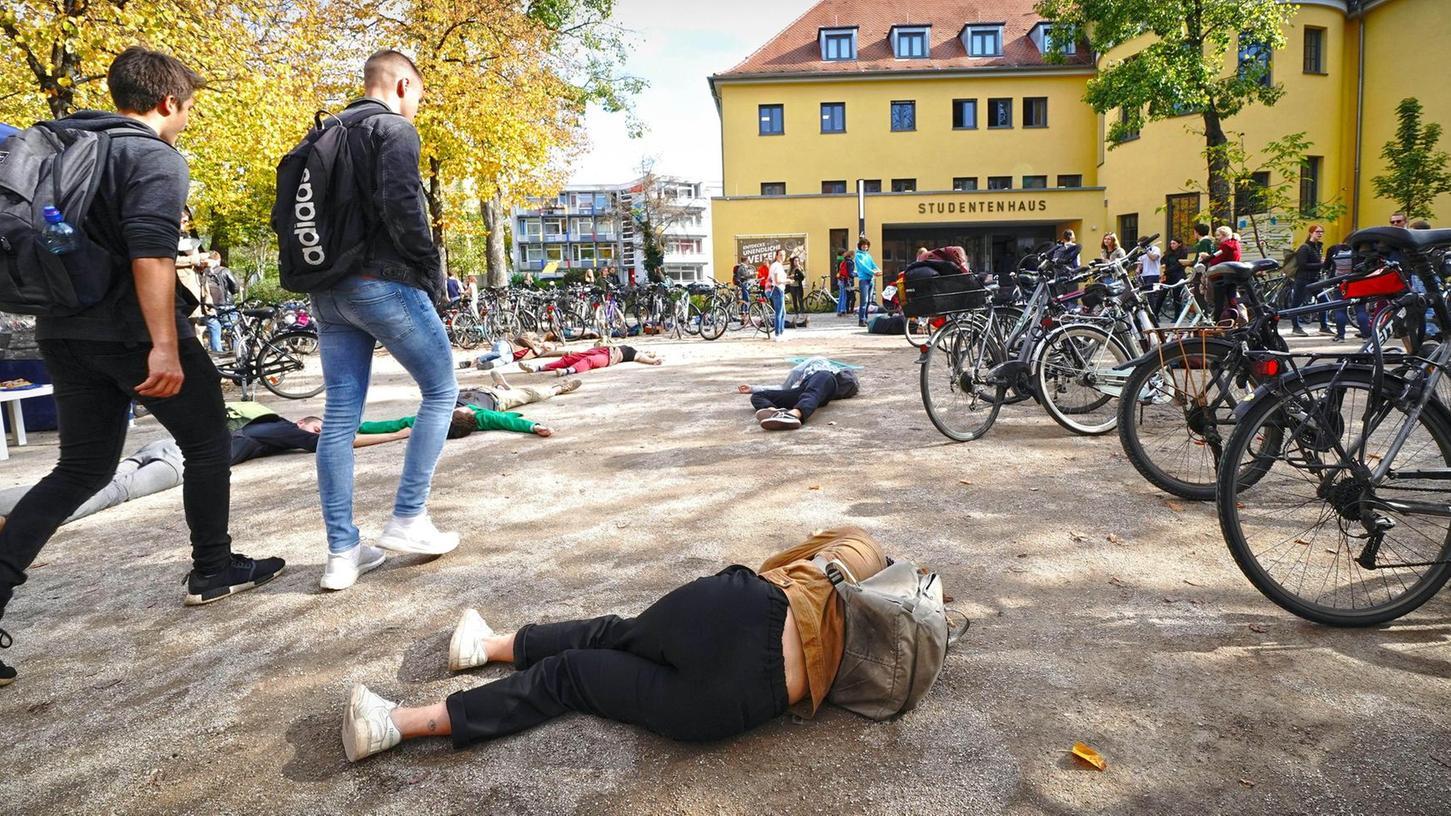 """Der Langemarckplatz und die Mensa - hier bei einer Protestaktion der Erlanger Gruppe von """"Extinction rebellion"""" (XR)."""