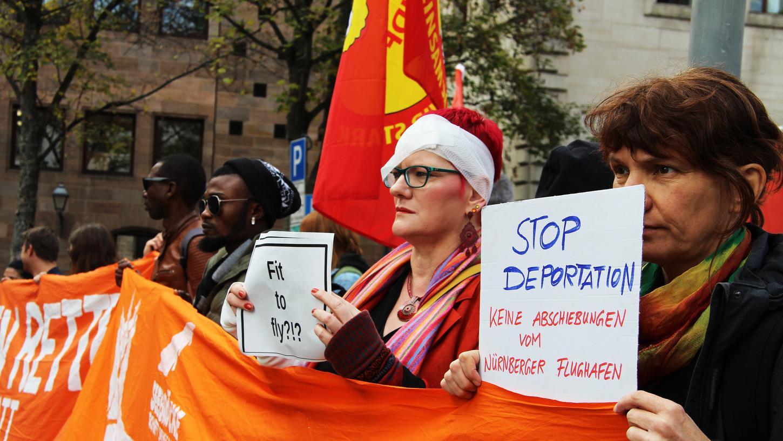 Vor dem Rathaus demonstrierten am Mittwoch etwa 80 Menschenrechtsaktivisten gegen Abschiebungen von Asylbewerbern.