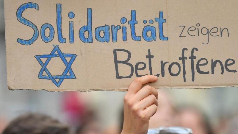Immer wieder solidarisieren sich Menschen in Bayern mit Opfern von Antisemitismus.