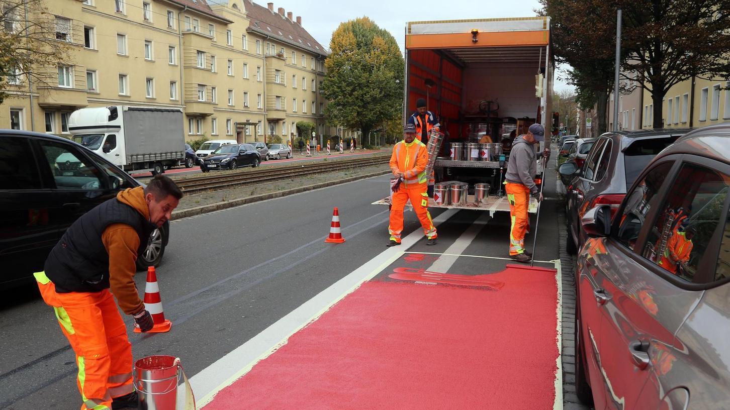 Rote Farbe für den Radweg: Solche Maßnahmen sind aus Sicht der Radlbotschafter zu begrüßen, reichen aber nicht aus.
