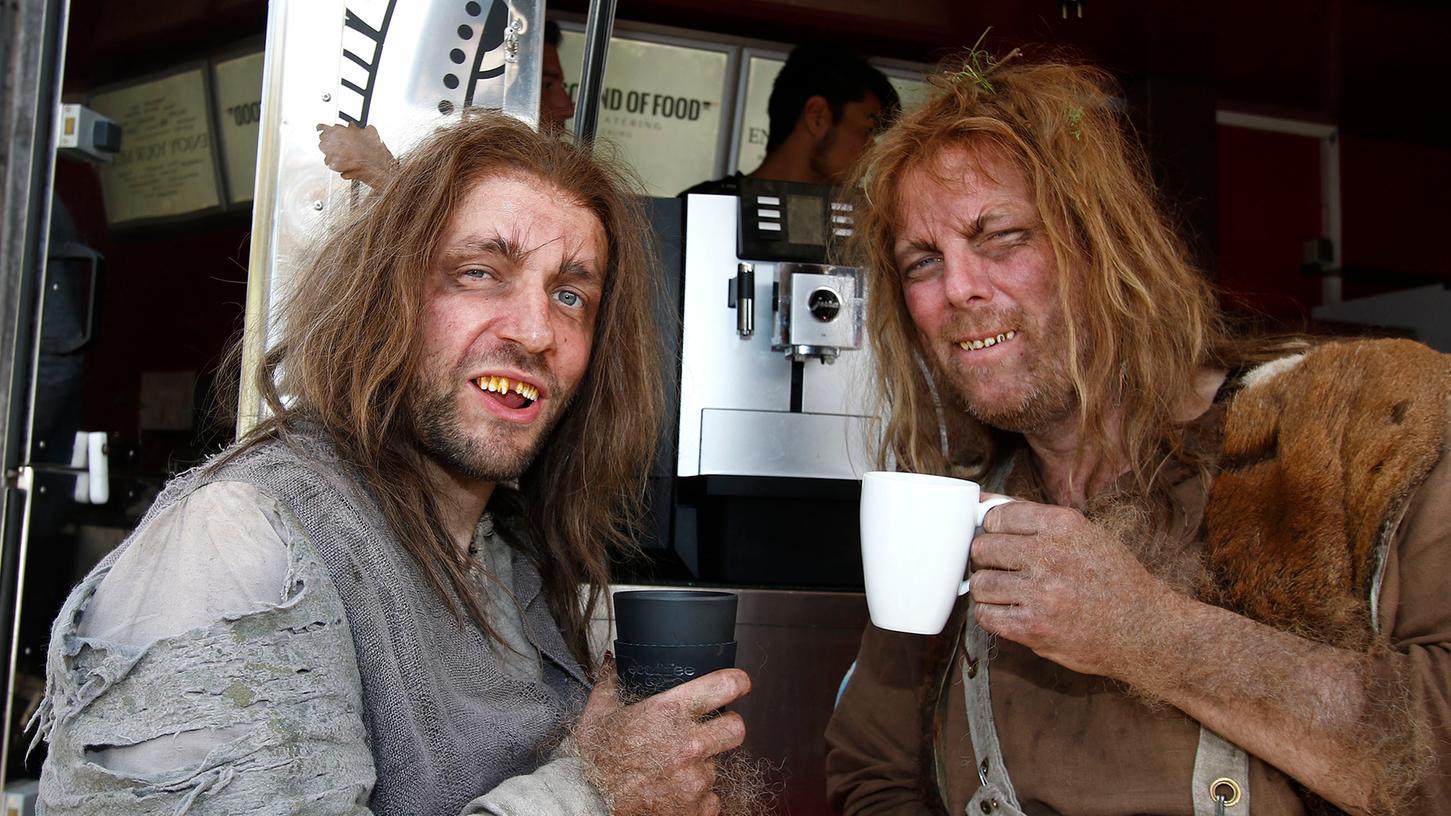 Auch üble Räuber brauchen mal ne Kaffeepause: Stephan Tölle (re.) und Jonas Minthe (li.) mit Kostüm am Foodtruck.