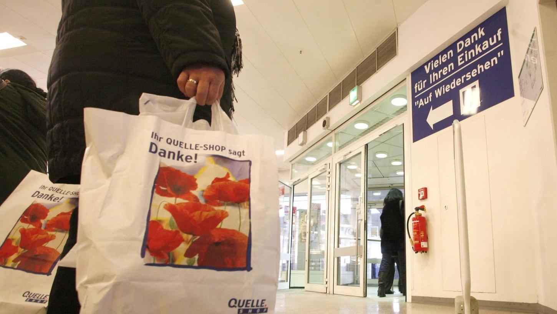 Tristes Ende einer großen Tradition: Der Ausverkauf in den Quelle-Kaufhäusern wie hier in Nürnberg besiegelte das Schicksal dieses geschichtsträchtigen Unternehmens und bedeutete für zahllose Mitarbeiter Arbeitslosigkeit.
