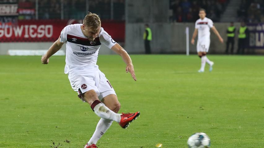 Oft sind auch Schüsse aus der zweiten Reihe das Mittel, welches der Club für sich in Aue probiert. Hanno Behrens' Versuch ist allerdings nicht von Erfolg geprägt.