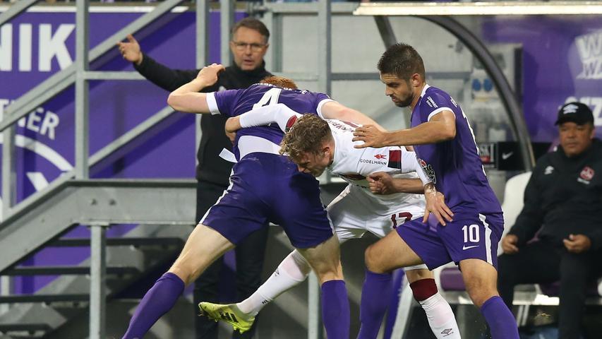 Fußball arbeiten ist für den Club in Aue angesagt. Bestes Beispiel ist hier Robin Hack, der sich gleich gegen zwei Erzgebirgler freikämpfen muss.