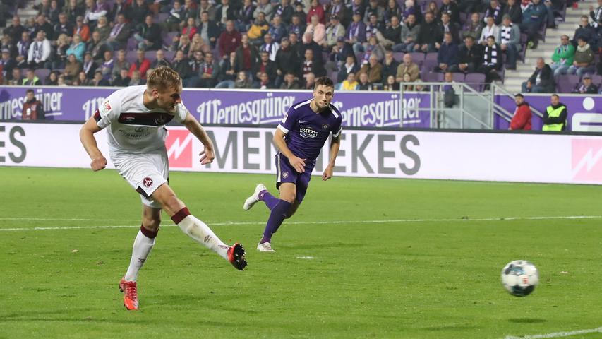 Wenig später darf sich der Club erneut über einen Treffer freuen, Hanno Behrens trifft allerdings aus Abseitsposition - das Tor wird wenig später zurückgenommen.