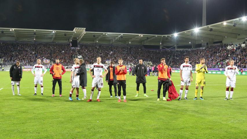 Anders das Bild auf Seiten des FCN. Die Mannschaft bekommt Trost von den mitgereisten Anhängern, das Geschehene muss erst einmal verdaut werden.