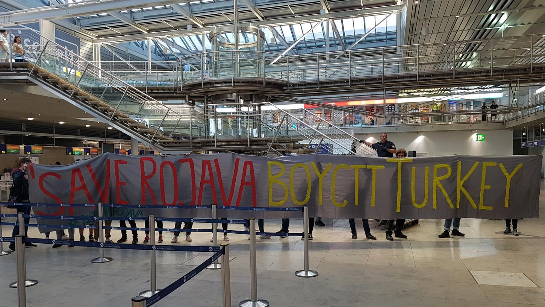 Aus Protest gegen den Militäreinsatz in Nordsyrien haben Aktivisten den Schalter von Turkish Airlines am Flughafen Nürnberg besetzt.