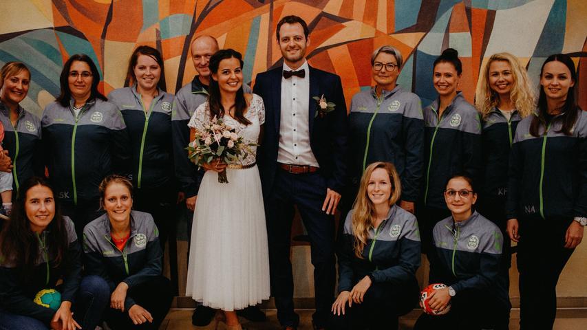 Im Deutschordensschloss in Postbauer-Heng gaben sich Isabell Vitzthum aus Kemnath und Christoph Schmalzl aus Tyrolsberg das Jawort. Die Trauungszeremonie leitete Standesbeamter Hermann Bogner, der dem Brautpaar viel Glück für den gemeinsamen Lebensweg wünschte. Nach der Zeremonie standen die Handballerinnen der SG Rohr/Pavelsbach, der Stammtischverein Tyrolsberg, Familie und Freunde Spalier für das junge Paar und gratulierten. Die 29-jährige Grundschullehrerin und der 33-jährige Vertriebsbeauftragte haben ihren Lebensmittelpunkt in Holzheim bei Neumarkt.