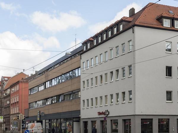 Baumfrei und auch ansonsten stark verändert präsentiert sich die Ecke 2019. An Stelle der Häuser Bucher Straße 84 (jetzt Juvenellstraße 16) und 86 sind Neubauten getreten.