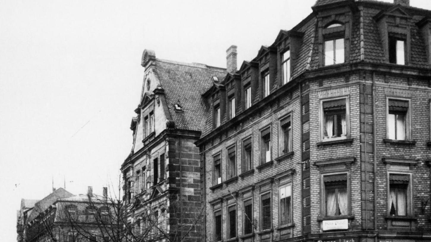 Die Häuser Bucher Straße 84 und 86 (von rechts) im Jahre 1944. In der Baulücke in der Bildmitte sind ein Auto und eine Zapfsäule der Nord-Garagen zu erkennen.