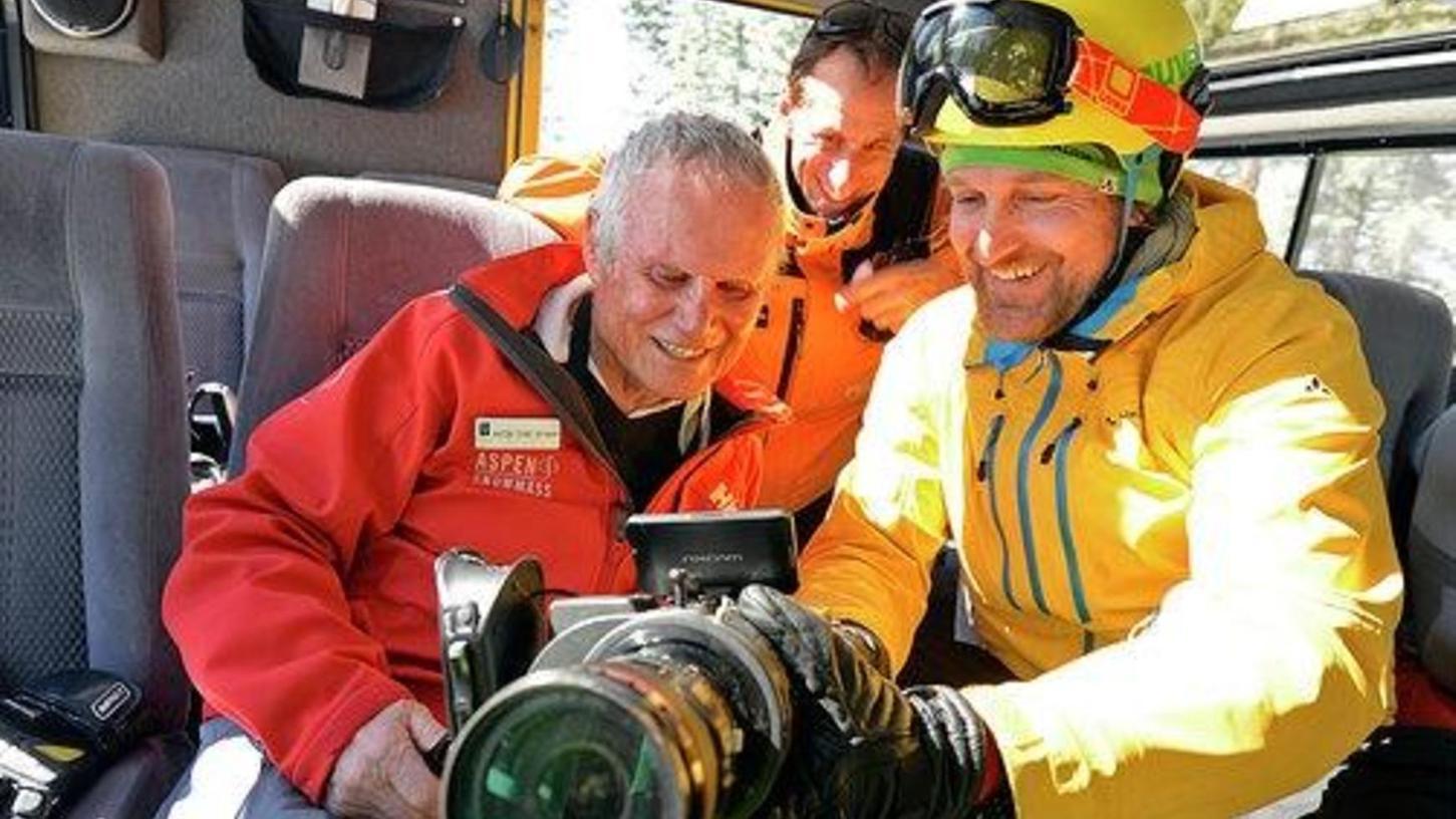 """Gleich mal die aktuellen Aufnahmen checken: Der Schwabacher Filmemacher Henrik von Janda-Eble (rechts) mit seinem """"Hauptdarsteller"""", dem Dauer-Skifahrer Toni Sponar."""