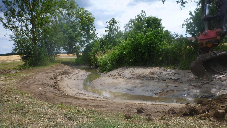Auf einer Länge von rund 230 Metern wurden der Dimpflgraben und Steinbach bis zu ihrem Zusammenfluss in naturnahe Fließgewässer umgestaltet.