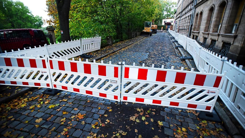 Der Bauzaun in der Engelhardtstraße lässt keinen Zweifel daran aufkommen, dass die Stadt nach jahrelanger Hängepartie endlich Ernst macht mit der Generalsanierung des heruntergekommenen Parkeingangs. Bis zum Frühjahr soll das Werk vollendet sein.