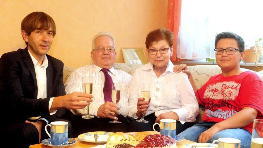 """""""Früher gab es überall noch kleine Feste. Und auf einem haben wir uns 1967 kennengelernt"""", so Hildegard Haupt, die gestern mit ihrem Mann Ingo Goldene Hochzeit feierte. Sie wurde in Pegnitz geboren und arbeitete lange Jahre als Haushaltshilfe. Ihr Mann kam im Alter von sechs Jahren nach Pegnitz, da sein Vater bereits dort wohnte. Der gelernte Dreher arbeitete bis zu seiner Rente 50 Jahre bei der Firma Baier und Köppel. Das Ehepaar, das zwei Töchter und einen Enkel hat, besitzt einen Schrebergarten in der Reusch. """"Früher war das unser beider Hobby. Aber krankheitsbedingt kann ich mich leider nicht mehr darum kümmern"""", sagt die Jubilarin. Das Foto zeigt das Jubelpaar mit dem Zweiten Bürgermeister Wolfgang Nierhoff und dem Enkel Jan Schicklath."""