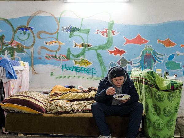 Viele Obdachlose scheitern beim Versuch, in einer eigenen Wohnung leben zu können. Früher oder später landen sie wieder auf der Straße.