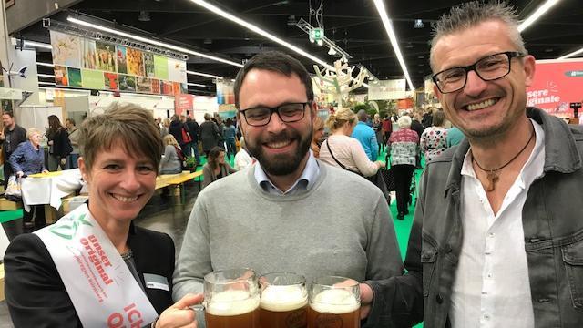 Regionale Produzenten unter sich beim Bier: Katrin Pöhlmann (essart, Ebermannstadt), Stefan Tiefel (Weidevieh und Puten, Seukendorf) und Braumeister Oswald Kundmüller (Weiherer Bier, Viereth-Trunstadt).