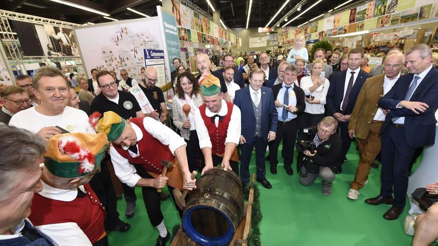 Die Besucher und Ehrengäste der Consumenta-Eröffnungsfeier durften miterleben, wie Büttner aus Kulmbach dieses Bier aus dem Inneren eines Eisblocks befreiten.