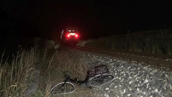 Zug erfasst Radfahrerin: 65-Jährige verunglückt tödlich
