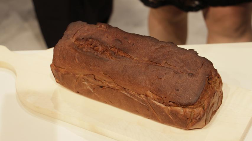 Monika Eisend-Speckner bereitet ihr Walnuss-Brot in einem selbstgebauten Backofen im Garten zu.