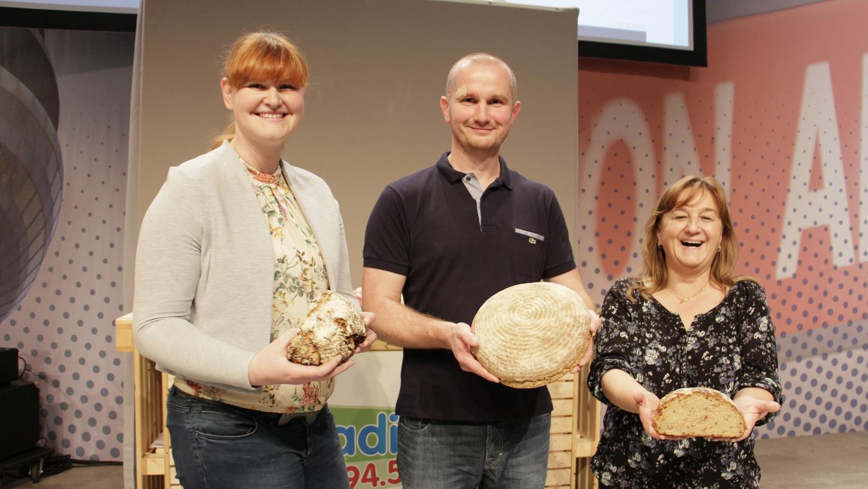 Sieger Thomas Opolka (Mitte) freut sich mit der zweitplatzierten Julia Rüdiger (links) und der drittplatzierten Maria Christ (rechts).