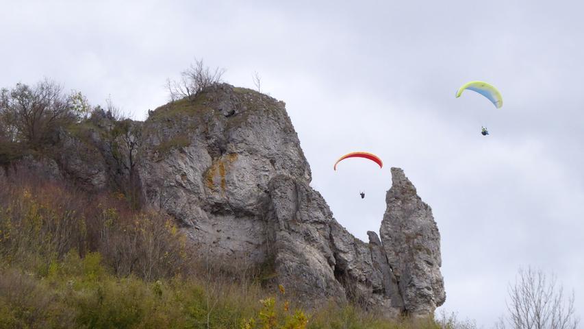 Zwei Paraglider umwerben die Steinerne Frau auf dem Walberla, so heißt tatsächlich der Felsen zwischen den beiden Paraglidern.