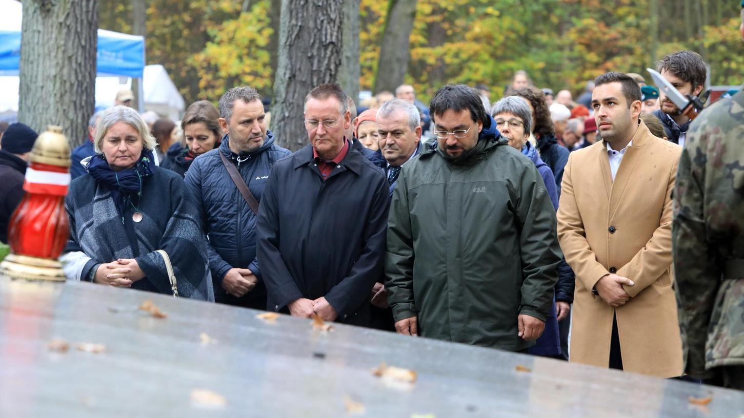 Barbarka heißt der Wald nahe der Stadt Torun, in dem die Nazis Hunderte Polen umbringen ließen. Die Fürther Delegation mit Oberbürgermeister Thomas Jung und mehreren Stadträten legte an der dortigen Gedenkstätte einen Kranz nieder. Auch das Fürther Bündnis gegen Rechtsextremismus war vor Ort.