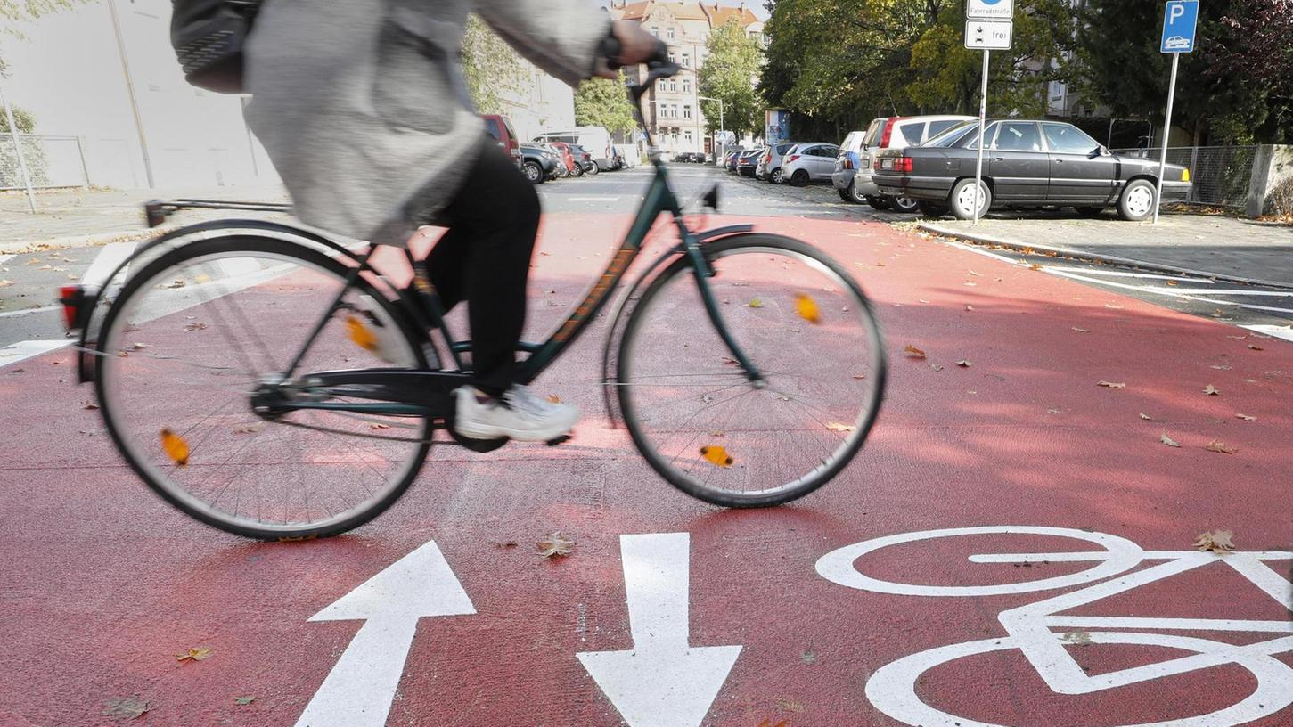 Vorfahrt für Radfahrer gibt es jetzt im Bereich der ersten Fahrradstraße in Nürnberg, die vor wenigen Wochen eingeweiht wurde. Nur einer von vielen Schritten, die nötig sind, um die Ziele des