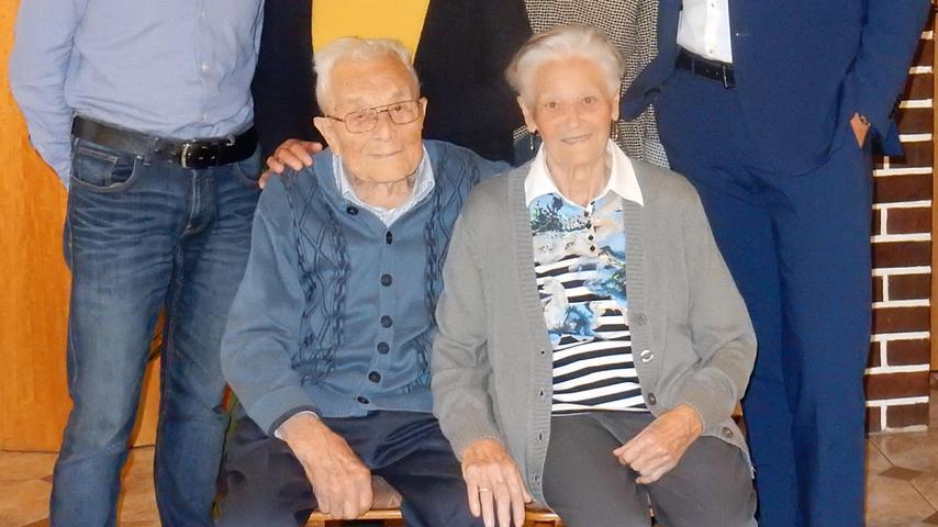 """Den 90. Geburtstag hat der """"Pachter-Schorsch"""" aus Bieberbach gefeiert. Georg Dennerlein, so sein richtiger Name, ist eine lebende Legende im Dorf. Nicht nur wegen des Alters, auch wegen seines Engagements im und für das Dorf. 1952 hat er seine Lisette geheiratet, eine geborene Pickelmann aus Bieberbach, zwei Jahre später kam das erste Kind auf die Welt: Tochter Erika. Ihr folgte drei Jahr später das zweite Kind, Reinhardt. Er hat das Anwesen 1994 auch übernommen, das schon immer Wirtshaus und Bauernhof war. Als Kind begleitete der Jubilar seinen Vater Johann auf den Bauernmarkt in Nürnberg, wo Ziegen- und Gänsefleisch vom Hof verkauft wurden. Die Haupteinnahmequelle war jedoch das Wirtshaus, eines von zweien, die es damals im Dorf gab. 1956 wurde der Schorsch Fleischbeschauer und von 1965 bis 1986 arbeitete er in Heroldsberg und Nürnberg in der Fabrik. Dazwischen war er noch Bauernverbandsobmann und Wirt. Der """"Pachter"""" war auch im Dorf sehr aktiv: Er ist Gründungsmitglied des Sportvereins, und Spielleiter, war bei der Feuerwehr aktiv und aktives Mitglied der Soldatenkameradschaft. Außerdem bekleidete er von 1979 bis 1997 das Amt eines Marktgemeinderates in Egloffstein. Nach den Vereinsabordnungen schaute am Geburtstag noch die Vizelandrätin Rosi Kraus vorbei und überbrachte die Glückwünsche des Landkreises. Dazu kam Zweiter Bürgermeister """"Niki"""" Thäter und Pfarrer Michael Maul zum Gratulieren."""