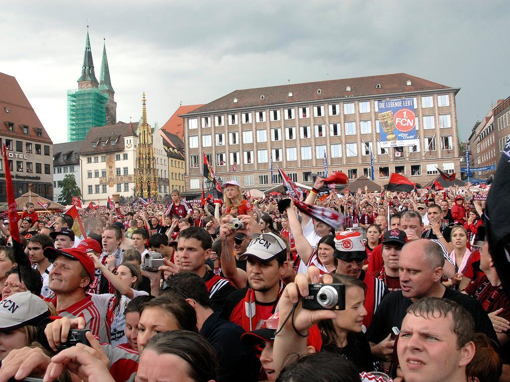 Nürnberg: In einem Auto-Corso kamen die siegreichen Clubspieler vom Flughafen zum Rathaus, wo sich die ganze Mannschaft ins Goldene Buch der Stadt eintrug. Anschließend ginmg es zur Feier mit den Fans auf den proppenvollen Hauptmarkt. 27.5.2007. Foto: Harald Sippel
