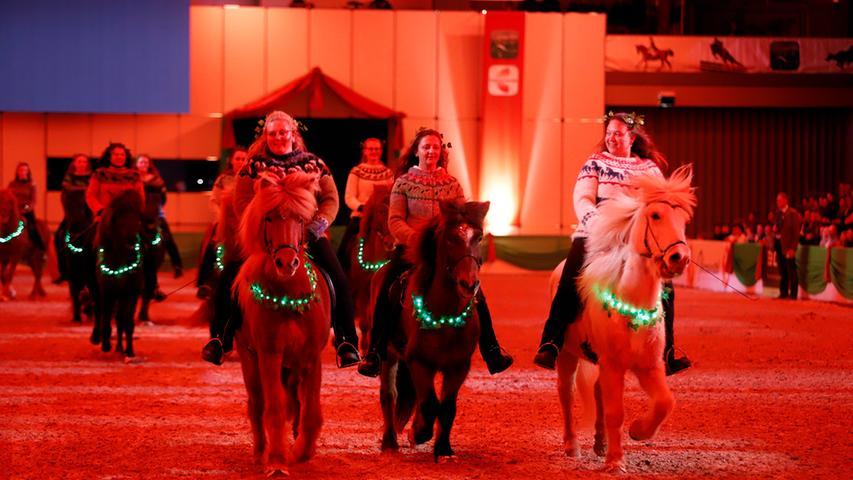 Die Kleinen ganz groß: Isländer sind robuste und charakterstarke Pferde, die Spezialgänge können, auch schwerere Reiter mühelos tragen - und richtig Gas geben können. In der Quadrille wurden sie mit Spezialbeleuchtung vorgestellt.