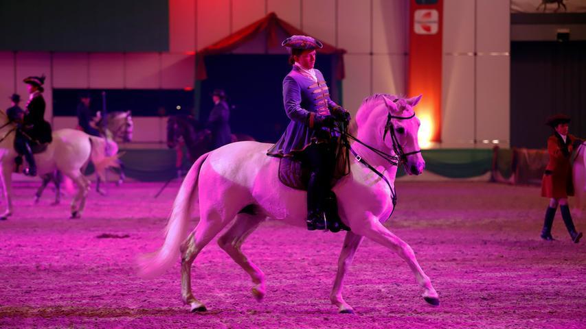 Dann lernen die Pferde die teilweise höchst anspruchsvollen Lektionen auch unter dem Sattel.
