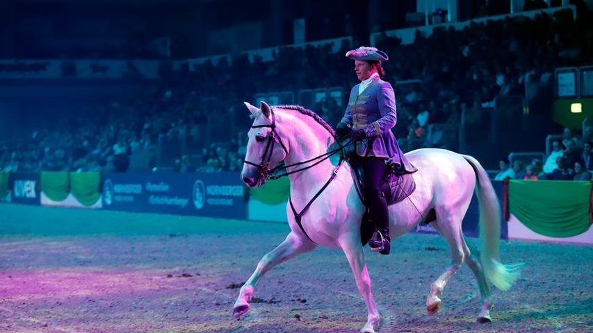 Ziel des Trainings: Ein Pferd, das auf feinste Hilfen reagiert, aufgerichtet und losgelassen geht und auch die schwierigsten Übungen korrekt und scheinbar mühelos ausführen kann.