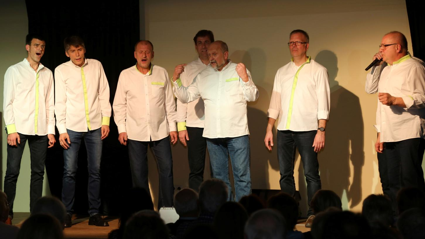 Und jetzt mal ganz genau hinsehen: Landrat Hermann Ulm (4. von rechts) singt mit bei TroubaDur