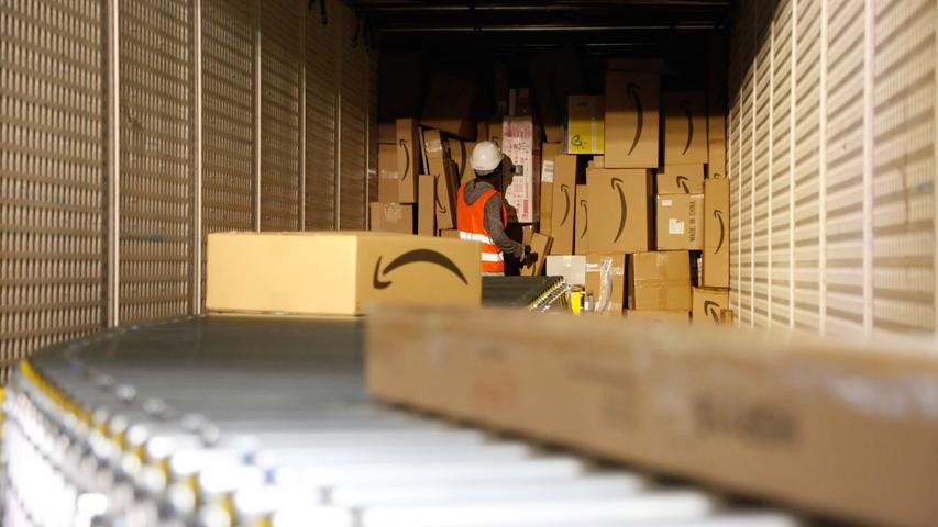Gestapelt werden die sortierten Pakete in den Lkw möglichst nach dem platzsparenden