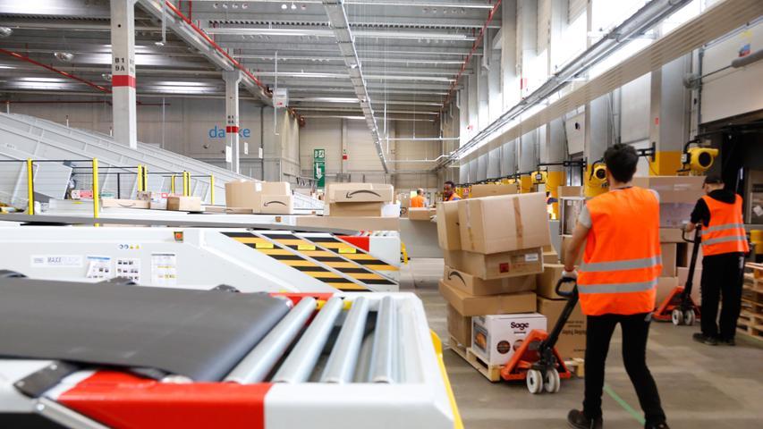 Im Sortierzentrum werden die Pakete, die aus den großen Logistikzentren Deutschlands und Europas ankommen, auf ihre Postleitzahlen-Regionen hin sortiert.