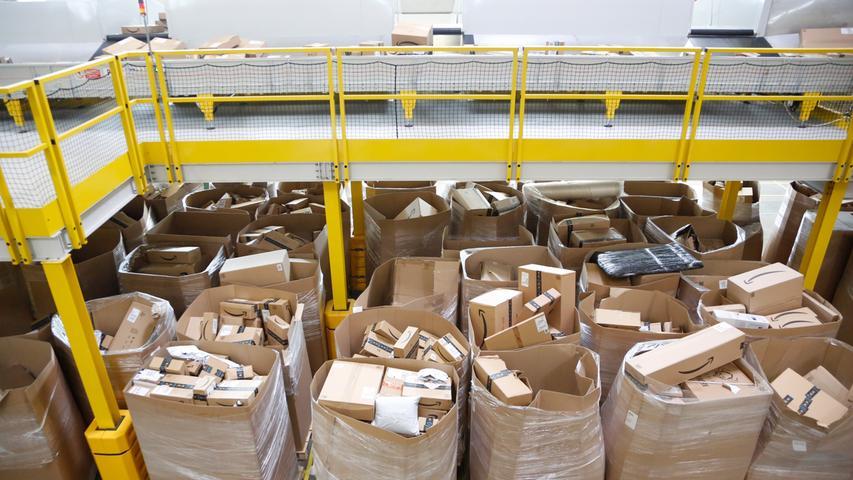 Die Logistik-Mitarbeiter sind (mit Ausnahme der Manager) nicht bei Amazon direkt angestellt, sondern über Zeitarbeitsfirmen.