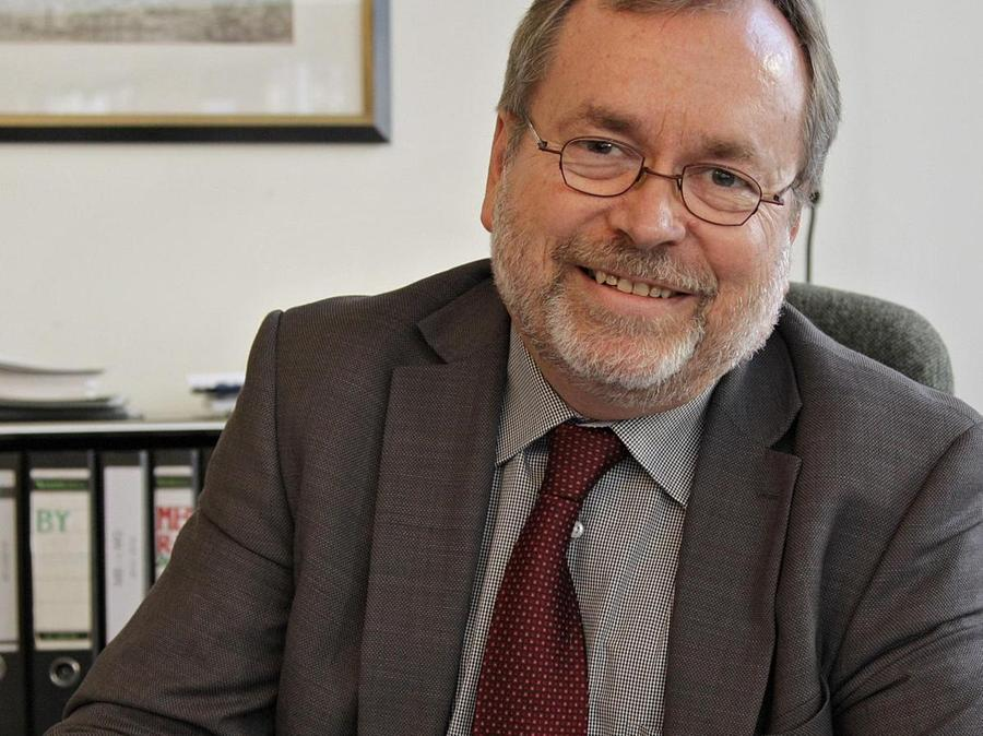 Der Leiter des Melanchthon-Gymnasiums Hermann Lind bei der Arbeit.