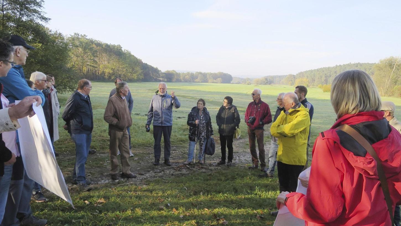 Eine Wässerwiese südlich von Georgensgmünd: Anhand von verschiedenen Karten diskutierten die Teilnehmer auch über die verschiedenen Möglichkeiten der Kartierung.