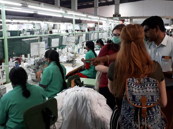 Einblicke in die Textilproduktion: Im Rahmen einer Indienreise besuchten Nürnberger Schülerinnen mehrere Betriebe und das Partnerprojekt.