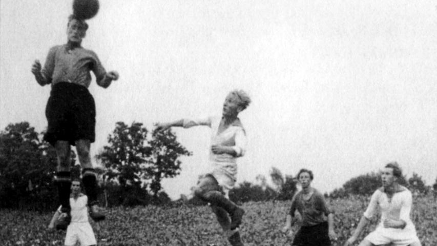 Bis 2050 bleibt der Club mit neun Meistertiteln vor dem Erzrivalen FC Bayern Rekord-Rekordmeister - gemünzt auf die Zeitstrecke als amtierender Platzhirsch. Seine Sammlung ergänzte der FCN am 8. August 1948, als er im ersten Endspiel nach dem 2. Weltkrieg den 1. FC Kaiserslautern in Köln 2:1 bezwang. Für die Vorentscheidung sorgte per Flugkopfball Hans Pöschl, der hier sprunggewaltig in Erscheinung tritt.