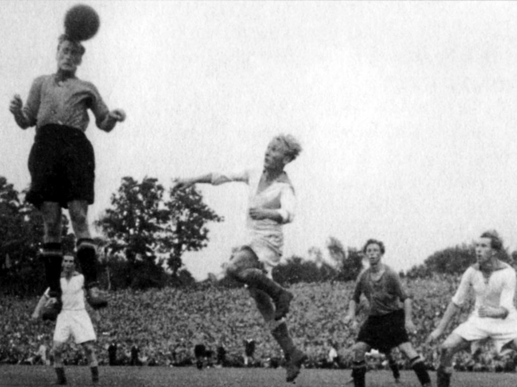 """Motiv: Club-Mittelstürmer Hans Pöschl steigt beim Endspiel 1948 oft zum Kopfball hoch und erzielte so auch den Treffer zum 2:0. Das Foto stammt aus dem Band """"Die Legende vom Club"""" von Bernd Siegler, Harald Kaiser und Christoph Bausenwein."""