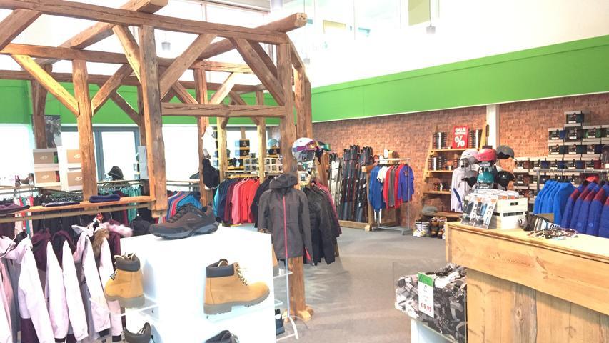 Was gibt es zu kaufen? Neben Skiern, Snowboards und den entsprechenden Schuhen gibt es im Alpin Outlet auch die dazugehörige Kleidung für Frauen, Männer und Kinder - auch für den Wander- und Bergsport. Zudem finden sich auch Helme und Skibrillen im Sortiment.  Was kann ich sparen?
