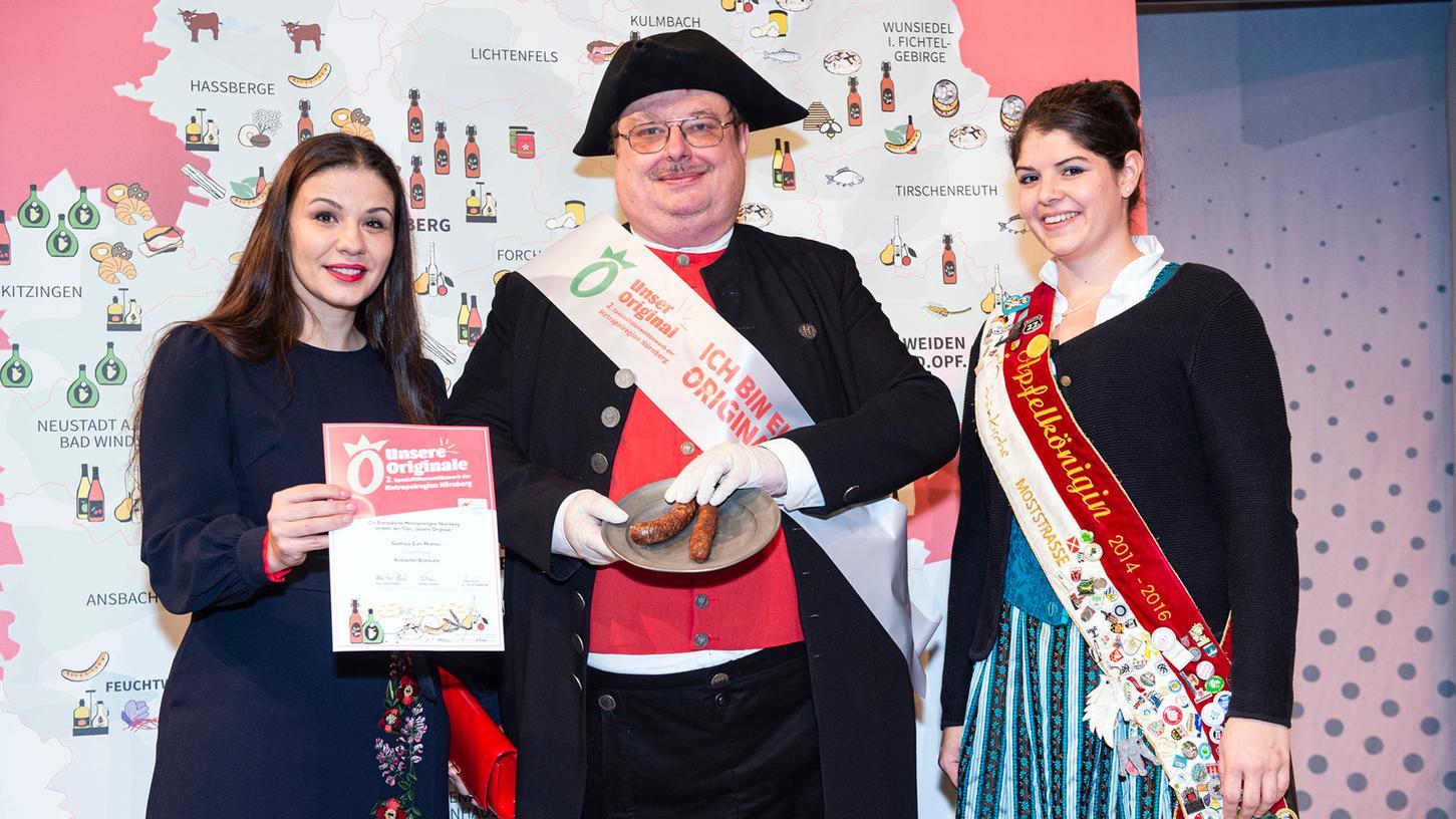 Stadtführer Holger Lang präsentierte das ausgezeichnete Produkt bei der Prämierung der Ansbacher Bratwurst.