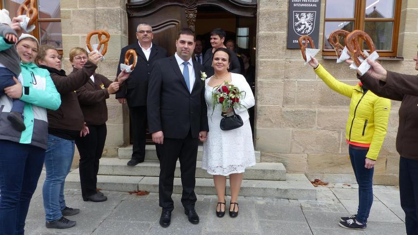 """Mit einem lautem """"Ja"""" zueinander haben Markus Glaser aus Möning und Rosemari Fulea - sie siedelte vor 13 Jahren von Rumänien in die Bundesrepublik über und wohnt inzwischen auch in Möning – ihre Liebe besiegelt. Standesbeamtin Irene Steinbauer traute die beiden im Beisein der engeren Familienangehörigen im Freystädter Rathaus. Mit einem Brezenspalier grüßten die Arbeitskolleginnen der Braut von der Freystädter Bäckereifiliale Plank nach der Trauung. Dem Glückwunschreigen vor dem Rathaus folgte ein Sektempfang, bei dem die Hochzeitsgesellschaft mit den Frischvermählten auf eine glückliche Zukunft angestoßen hat. Die 30-jährige Bäckereifachverkäuferin und der zwei Jahre ältere Techniker bei der Neumarkter Firma Bionorica feierten ihren"""
