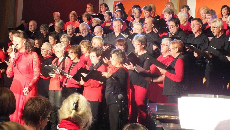 """Musical """"Tonight"""": Der HerzoChor mit Solistin Andrea Kaschel begeisterte in der Realschulaula die Zuhörer mit Liedern aus dem bekannten Musical """"West Side Story""""."""