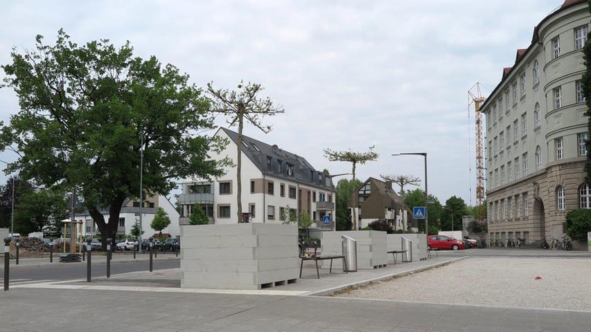 Zehn Jahre Planung und viele Leitungen im Boden: Der neue Bielingplatz hat bei den Anwohnern wenig Freude ausgelöst. Sie vermissen schattige Bäume - jetzt wurden mobile Pflanztröge aufgestellt.