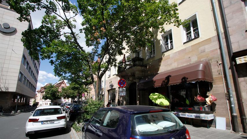 Ein Idyll in der Sebalder Altstadt: Doch der Weinmarkt ist mit Autos zugestellt und leidet unter dem Durchgangsverkehr. Jetzt soll eine Testphase über die Bühne gehen, mit Sitzpodesten und Verkehrsberuhigung.