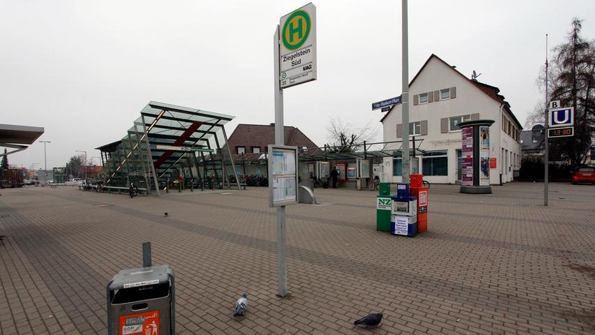 Auch der Fritz-Munkert-Platz in Ziegelstein ist eher öd als gut: Viel Pflaster, ein futuristischer U-Bahn-Aufgang, das wars. Manchmal bringt ein Wochenmarkt Leben auf den Platz.